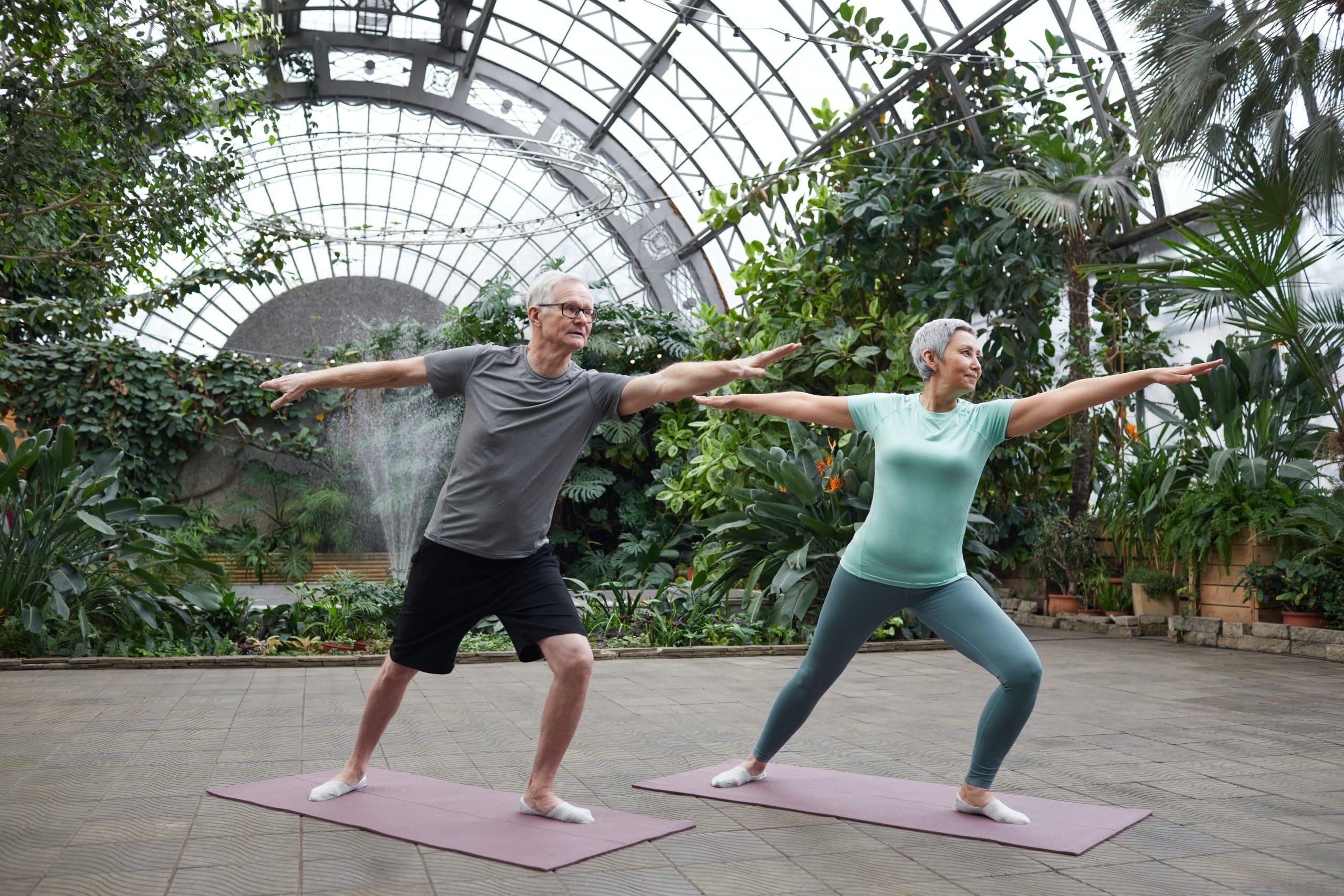 Couple de senior qui fait une séance de yoga doux pour l'arthrose