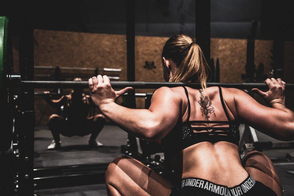 femme faisant des squats
